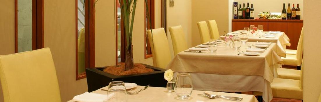 白とイエローを基調とした明るい店内で、のんびりイタリア料理とワインをお楽しみ下さい。