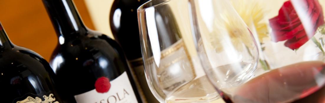 イタリア各州のワインを取り揃えております。約70種の赤・白ワインと一緒に落ち着いた雰囲気の中、気どらず時間を忘れお楽しみください。
